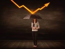 Bizneswoman pozycja z parasolową utrzymuje pomarańczową strzała Zdjęcie Stock