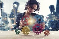 Bizneswoman próby łączyć przekładnia kawałki Pojęcie praca zespołowa, partnerstwo i integracja, podwójny narażenia fotografia royalty free