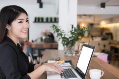 Bizneswoman praca z laptopem przy biurem biznesowy osoby use co Zdjęcia Royalty Free