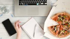 Bizneswoman pracuje biurowego biurko z laptopem i ma lunch zdjęcie wideo