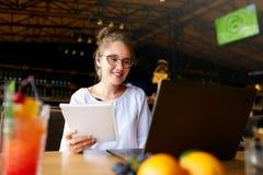 Bizneswoman pracuje daleko przy kawiarnią z słuchawki i laptopem Mieszanego biegowego żeńskiego spełniania biznesowe negocjacje d obraz royalty free