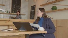 Bizneswoman pracuje daleko z klientem w kawiarni zdjęcie wideo