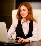 Bizneswoman pracuje na jej laptopie zdjęcie royalty free