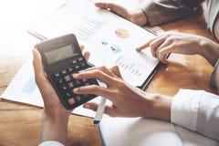 Bizneswoman pracuje na kalkulatorze kalkulować biznesowych dane t zdjęcie royalty free