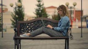 Bizneswoman pracuje na laptopie na ławce w parku zbiory