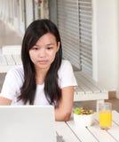 Bizneswoman pracuje na laptopie przy kawiarnią Zdjęcie Royalty Free