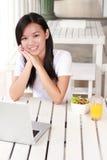 Bizneswoman pracuje na laptopie przy kawiarnią Zdjęcie Stock