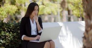 Bizneswoman pracuje na laptopie w parku zbiory wideo
