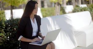 Bizneswoman pracuje na laptopie w parku zbiory