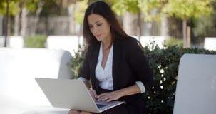 Bizneswoman pracuje na laptopie w parku zdjęcie wideo