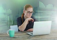 Bizneswoman pracuje na laptopie z parawanowym teksta interfejsem obrazy royalty free