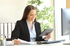 Bizneswoman pracuje na linii z pastylką Zdjęcia Stock
