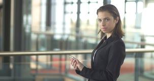 Bizneswoman pracuje na pastylki ipad w korporacyjnym biurze zbiory