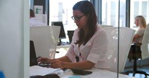 Bizneswoman Pracuje Przy biurkiem W Nowożytnym Otwiera planu biuro zbiory