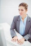 Bizneswoman pracuje przy komputerowym biurkiem obrazy royalty free