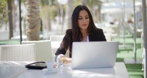 Bizneswoman pracuje przy na otwartym powietrzu stołem zbiory wideo