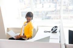 Bizneswoman pracuje w biurowym i patrzeje daleko od Obrazy Royalty Free