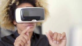 Bizneswoman Pracuje W rzeczywistości wirtualnej W biurze zbiory wideo