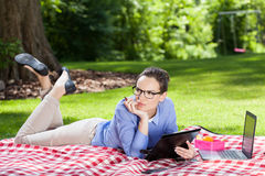 Bizneswoman pracuje z dokumentami outdoors Obrazy Stock