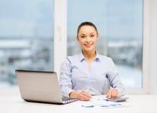 Bizneswoman pracuje z dokumentami w biurze obraz stock
