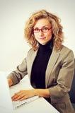 Bizneswoman pracuje z laptopem Zdjęcia Royalty Free