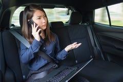 Bizneswoman pracuje z laptopem i bierze na telefonie w a obrazy royalty free