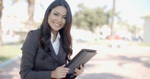 Bizneswoman Pracuje Z pastylką Na ulicie zdjęcie wideo
