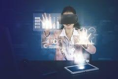 Bizneswoman pracy z rzeczywistość wirtualna szkłami zdjęcia royalty free