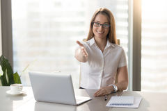 Bizneswoman przedłużyć ręka przy kamerą, oferuje uścisk dłoni, otwartego zdjęcia stock