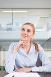Bizneswoman przy biurkiem Zdjęcia Stock
