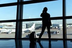 Bizneswoman przy lotniskiem Zdjęcia Royalty Free