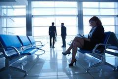 Bizneswoman przy lotniskiem Obraz Royalty Free