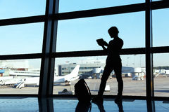 Bizneswoman przy lotniskiem Zdjęcie Royalty Free