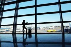 Bizneswoman przy lotniskiem Fotografia Stock