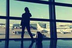 Bizneswoman przy lotniskiem Zdjęcia Stock