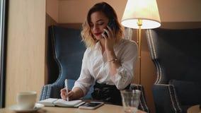 Bizneswoman przybywającego wezwanie wiele zbiory wideo