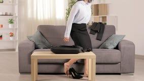 Bizneswoman przyjeżdża do domu i odpoczywa na leżance zbiory