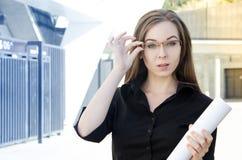 Bizneswoman przystosowywa szkła Obrazy Stock