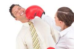 Bizneswoman puka out biznesmena z bokserskimi rękawiczkami Fotografia Stock