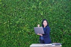 Bizneswoman ręka do odświętność planu biznesowego sukcesu outsid Zdjęcia Royalty Free