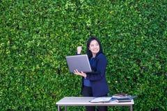 Bizneswoman ręka do odświętność planu biznesowego sukcesu outsid Zdjęcie Royalty Free