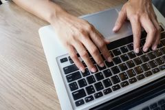 Bizneswoman ręka pracuje z nowym nowożytnym komputerem Zdjęcia Stock