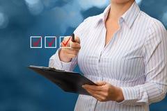 Bizneswoman ręka Sprawdza Sprawdza pudełko Zdjęcie Royalty Free