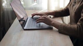 Bizneswoman ręki pisać na maszynie na jej laptopie zbiory wideo