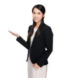 Bizneswoman ręki przedstawienie z puste miejsce znakiem Obrazy Stock