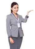 Bizneswoman ręki przedstawienie z puste miejsce znakiem Obraz Stock