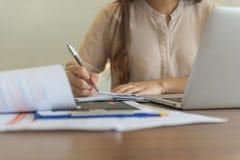 Bizneswoman ręki writing notatki w biurze Fotografia Royalty Free