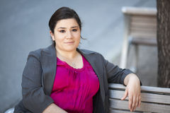 Bizneswoman - Relaksujący na ławce Zdjęcie Royalty Free