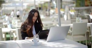 Bizneswoman robi wezwaniu przy restauracją zbiory