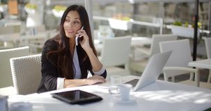 Bizneswoman robi wezwaniu przy restauracją zbiory wideo